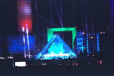 http://damien.cohas.free.fr/Jean_Michel_Jarre/concerts/images/defense/img0045.jpg